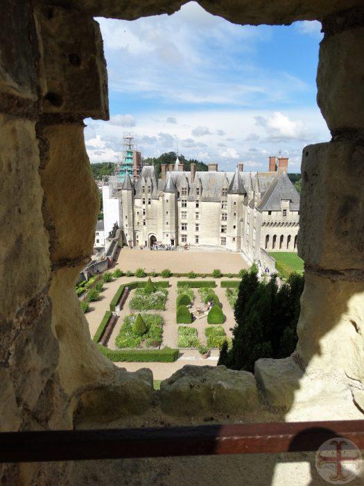Beeld bij affirmeren en visualiseren: door een kijkgat is een mooi kasteel met allemaal torentjes en tuin te zien