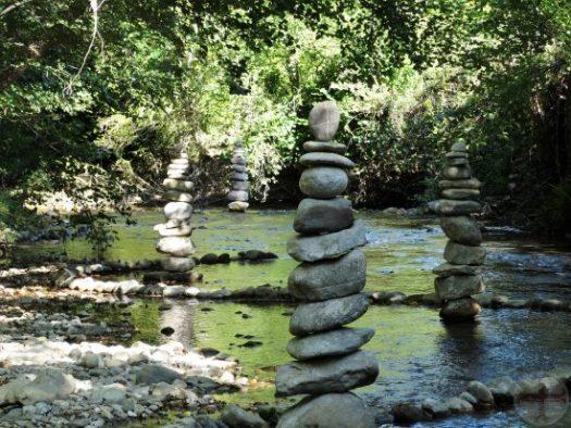 Afbeelding bij affirmeren en visualiseren: een steenman (gestapelde stenen op elkaar) in water