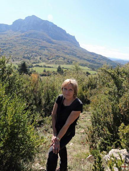 Afbeelding bij Over mij: Bugarach op de achtergrond, Ineke op de voorgrond