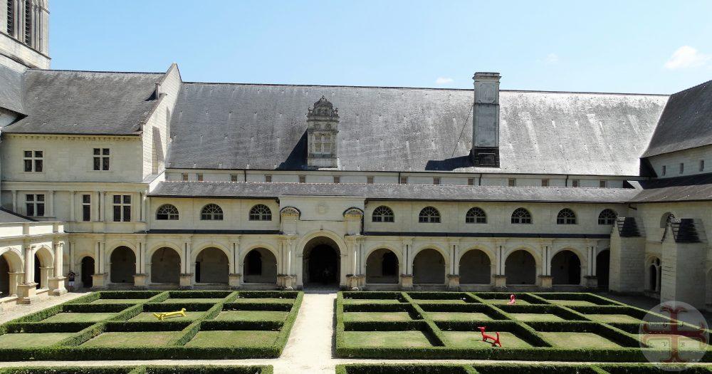 """Afbeelding bij """"Het hier-en-nu"""" van een klooster met een tuin met lage haagjes (vierkanten)"""