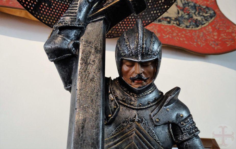 """Afbeekding bij """"Je goed is niet afhankelijk van een ander of je situatie"""": beeld van tin van een ridder die een harnas draagt"""