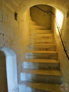 Een trap die symbool staat om te gaan mediteren waarbij je bij elke trede aftelt