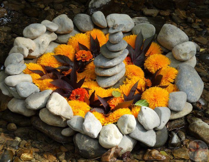Van jezelf houden: hart van bloemen in stenen