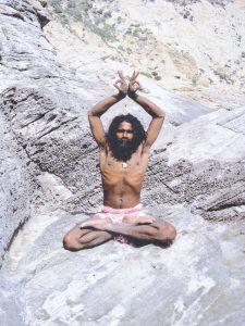 """Afbeelding bij """"Een goede ademhaling"""": man zit in yogahouding (hele lotushouding, handen met rug tegen elkaar boven zijn hoofd, zijn borstkas is helemaal uitgezet)"""