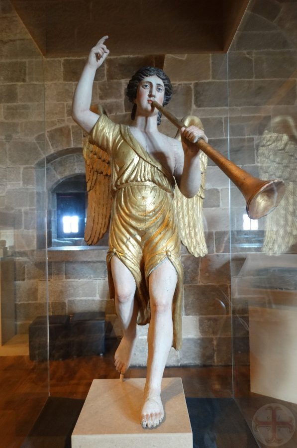 """Afbeelding bij """"Wat is de waarheid?"""": een beeld van een engel met trompet en wijsvinger die omhoog wijst"""