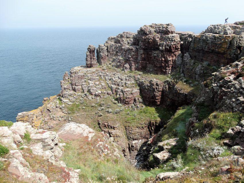 """Afbeelding bij """"Wat is de waarheid?"""": rotswand aan zee"""
