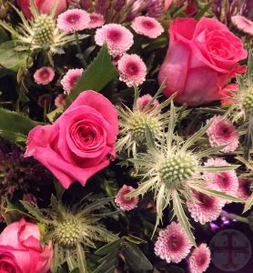 """Afbeelding bij """"Voldoende slaap: van essentieel belang"""": een bos bloemen met roze rozen"""