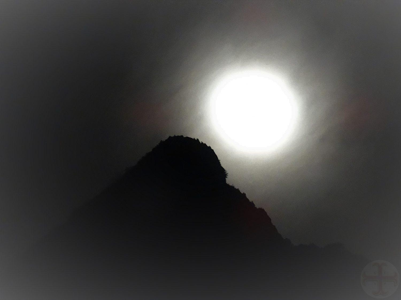 """Afbeelding bij """"Wachten op je ex-partner of verder gaan met je leven?"""": een volle maan met een berg half in het donker"""