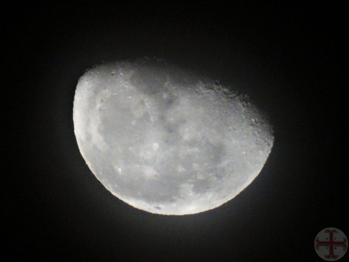 """Afbeelding bij """"Dromen tot doelen maken"""": de maan voor tweederde zichtbaar, de rest van de maan is in het donker gehuld"""