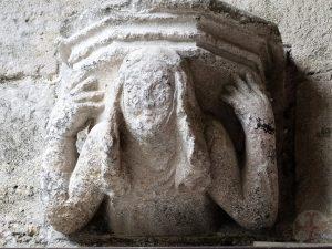 """Afbeelding bij """"Problemen vervangen door oplossingen"""": een stenen beeld van een vrouw aan een muur die een plateau achter haar hoofd houdt"""
