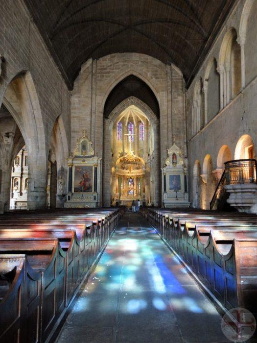 """Afbeelding bij """"Je houden aan de afspraken met jezelf"""": invallendgangpad in kerk waarop kleurrijk licht door glas-in-lood ramen valt"""