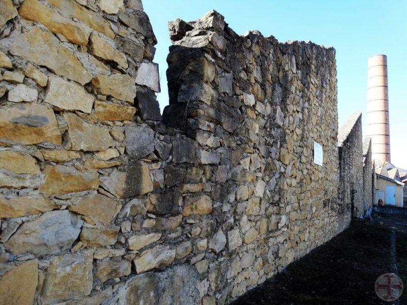 """Afbeelding bij """"Je houden aan de afspraken met jezelf"""": afbrokkelende muur (van een textielfabriek) met op de achtergrond een hoge pijp"""