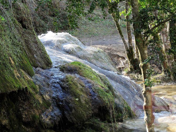 """Afbeelding bij """"Jezelf beter waarnemen"""": bruisend water dat stroomt over een rots"""
