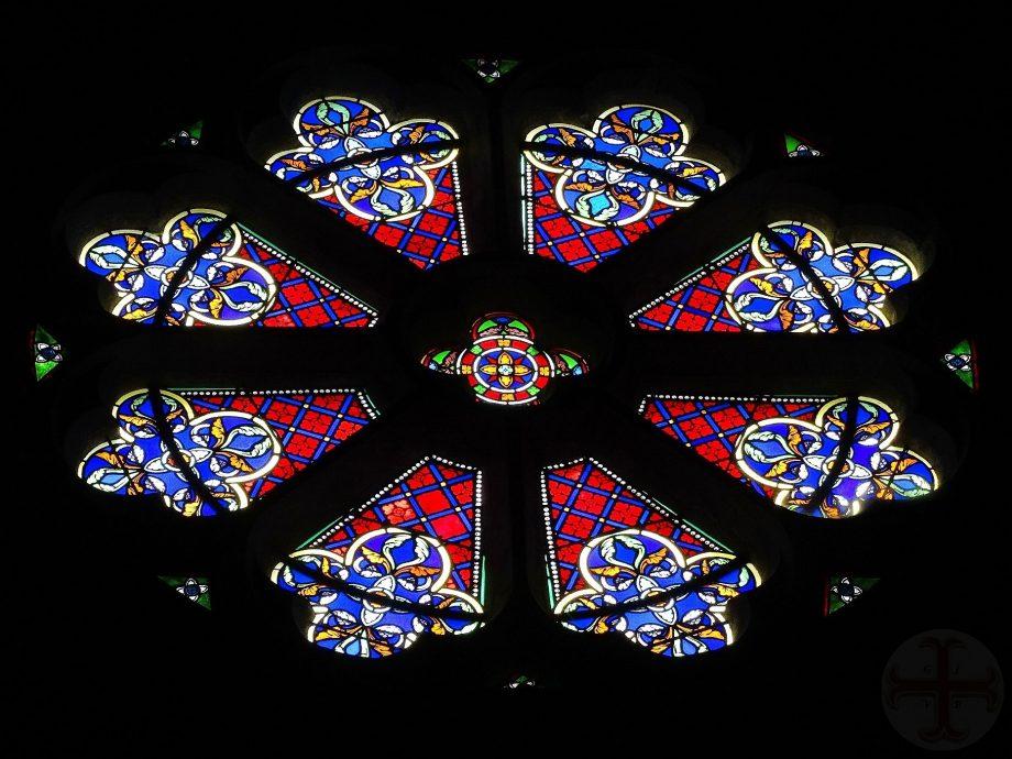 """Afbeelding bij """"Jezelf beter waarnemen"""": glas -in-lood raam voornamelijk blauw, wit en rood gekleurd"""