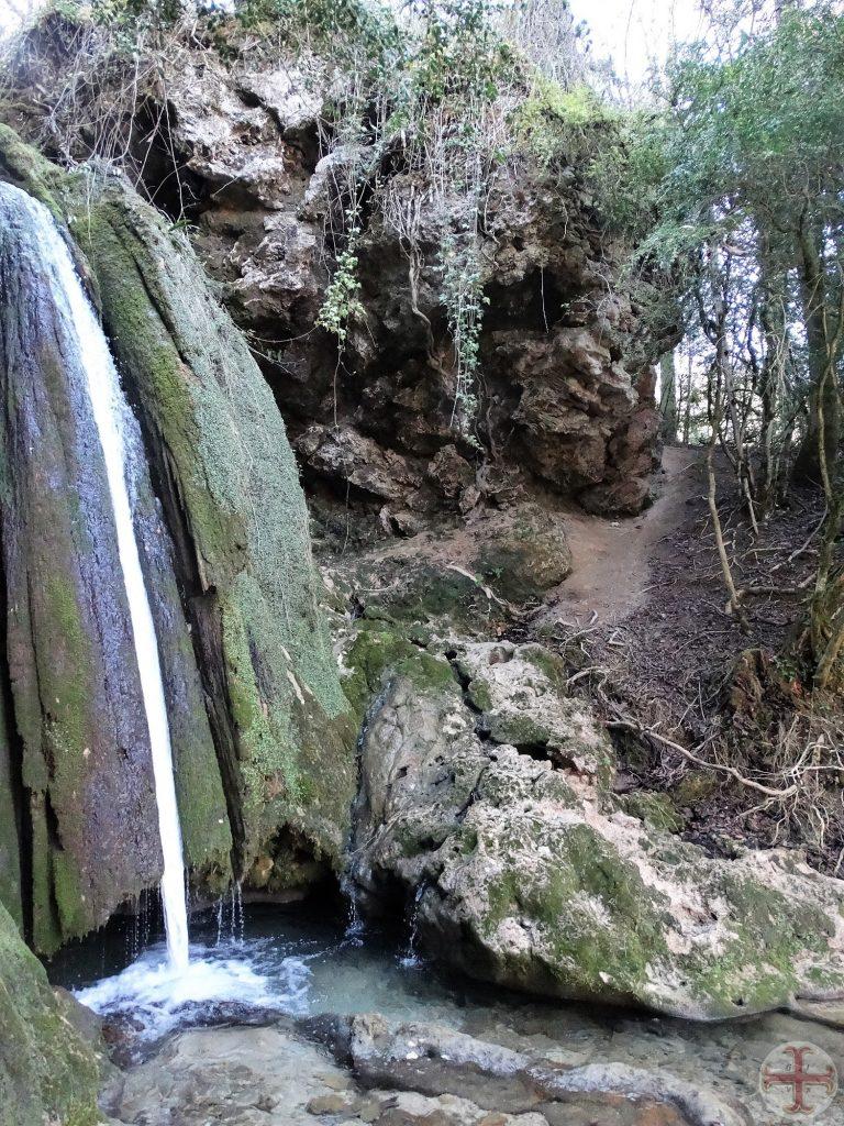 Een kaarsrecht waterstroompje langs een rotswand, Cascades de Roquefort, FR