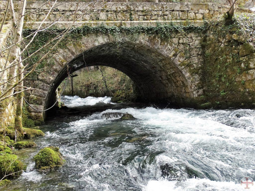 Hard stromend water onder brug door