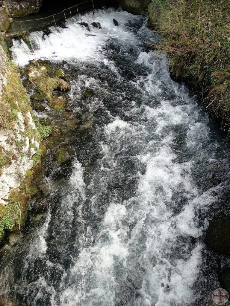 Stromende, kolkende watermassa