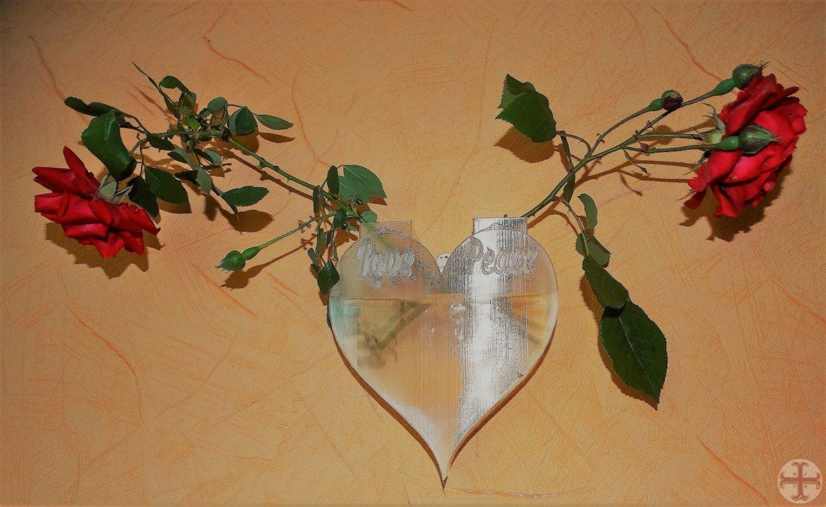 Rozen in muurvaas met tekst Love en Peace