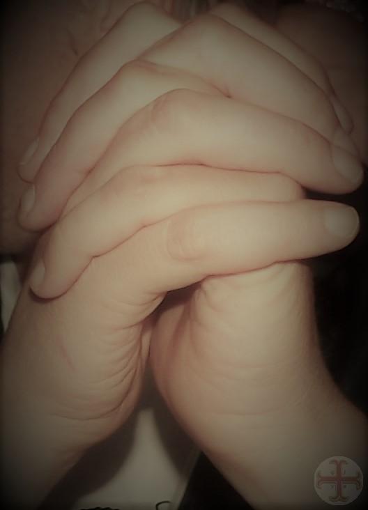 Op elkaar vertrouwen: twee handen inéén gestrengeld