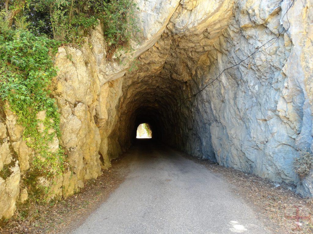 Afbeelding bij De Kracht van Vertrouwen: Een tunnel met aan het eind een poort van licht