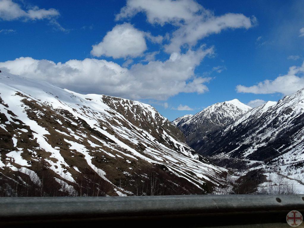 Afbeelding bij Geschonden Vertrouwen: besneeuwd berglandschap met als ondertitel: het is erg koud als je in wantrouwen blijft hangen