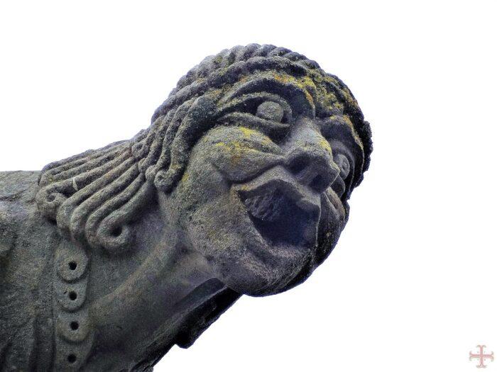 Stenen hoofd met nietsziende ogen en gapende mond: jaloezie verblindt en maakt blind