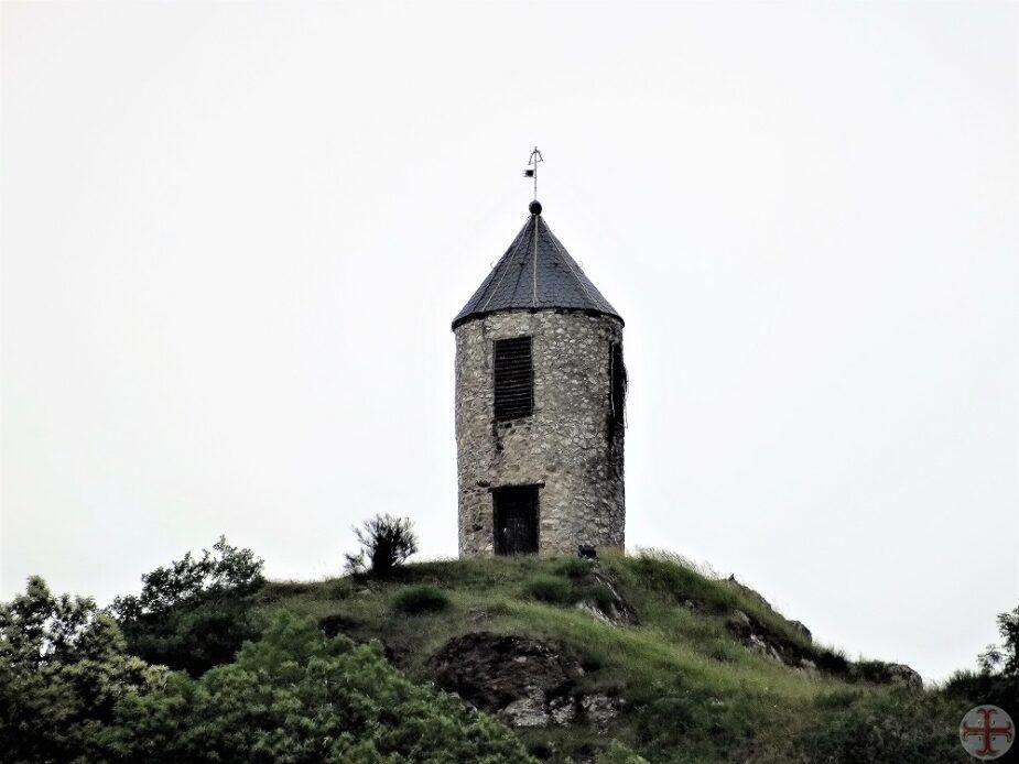 Tekst bij Beter omgaan met Jaloezie: torentje met gesloten venster op heuvel